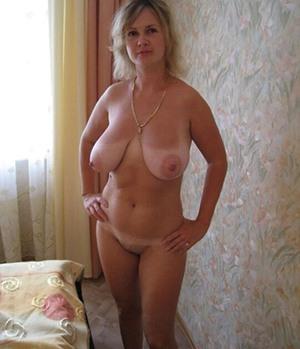 Einsame Hausfrau würde gern ein Sexabenteuer erleben