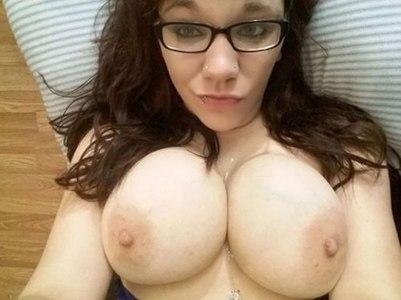 Vollbusige Studentin sucht amouröses Sex Abenteuer…